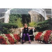 """Autorka powieści """"Panna Młoda"""" w ogrodzie Lady Rotschild"""
