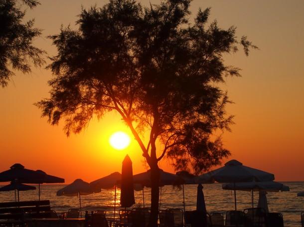 Nie ma nic piękniejszego niż zachód słońca na plaży. Greckiej plaży