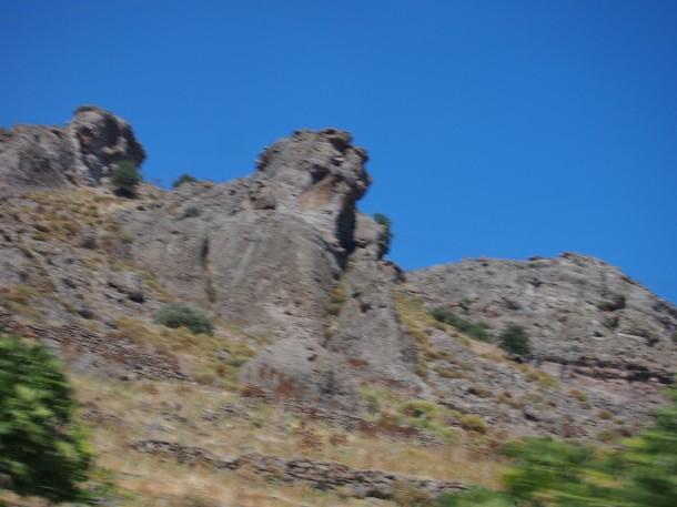 Zachodnia część wyspy jest kamienista, pełna fascynujących form skalnych. Pozostała część Lesbos tonie w zieleni, na wyspie rośnie 11 milionów drzew oliwnych.
