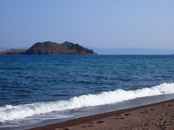W pobliżu Anaxos znajduje się bezludna wyspa. Można popłynąć na wycieczkę wynajętą łodzią.