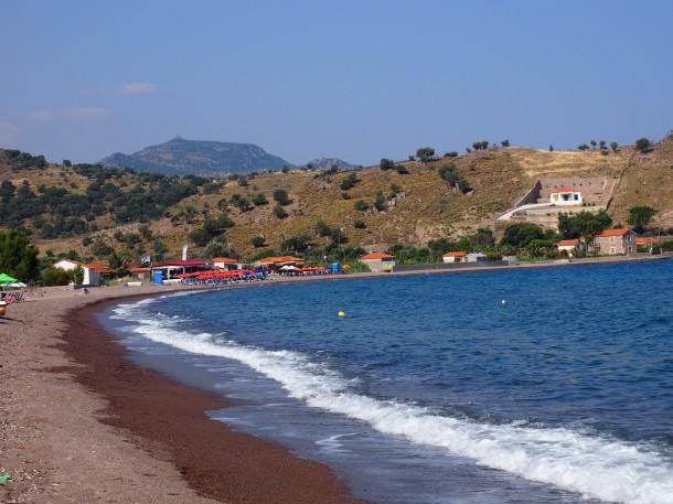 Plaże na północnym wybrzeżu Lesbos są piaszczyste - piasek jest gruby i ciemny, ale nie ma tu kamieni i niebezpieczeństwa nadepnięcia np. na jeżowca.