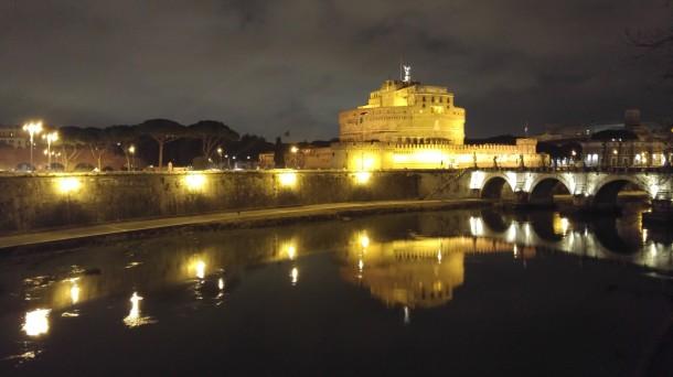 Zamek św. Anioła nad Tybrem wieczorem i nocą jest wspaniale oświetlony, podobnie jak najważniejsze mosty, łączące brzegi rzeki. To dobra propozycja na romantyczny spacer