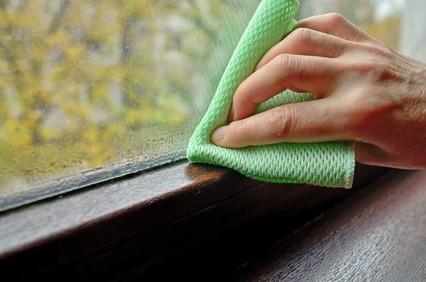 Zbierająca się na szybie woda to znak, że wilgotność w pomieszczeniu jest za wysoka. W takich warunkach łatwo o pojawienie się pleśni.