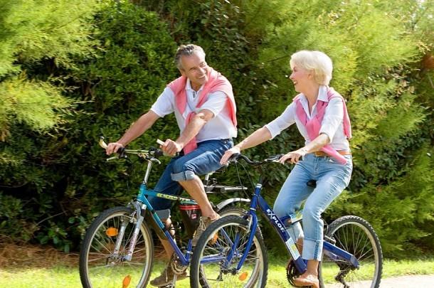 Podstawą profilaktyki problemów ze stawami biodrowymi jest aktywność ruchowa - marsze, pływanie, jazda na rowerze.