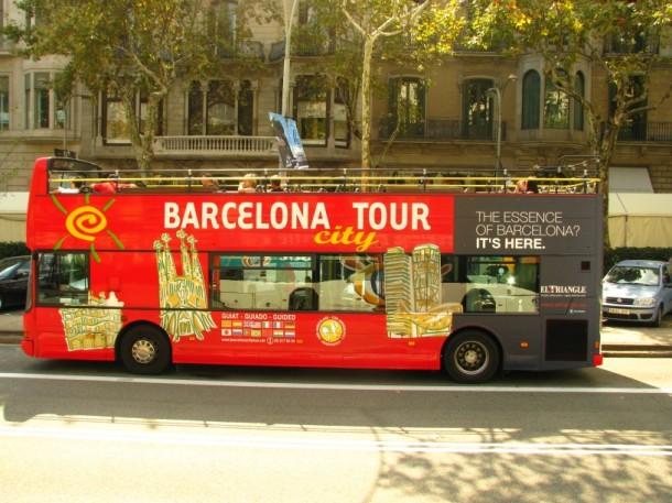 Barcelona Bus Turistic i jego przystanki ułatwiają orientację  w mieście.