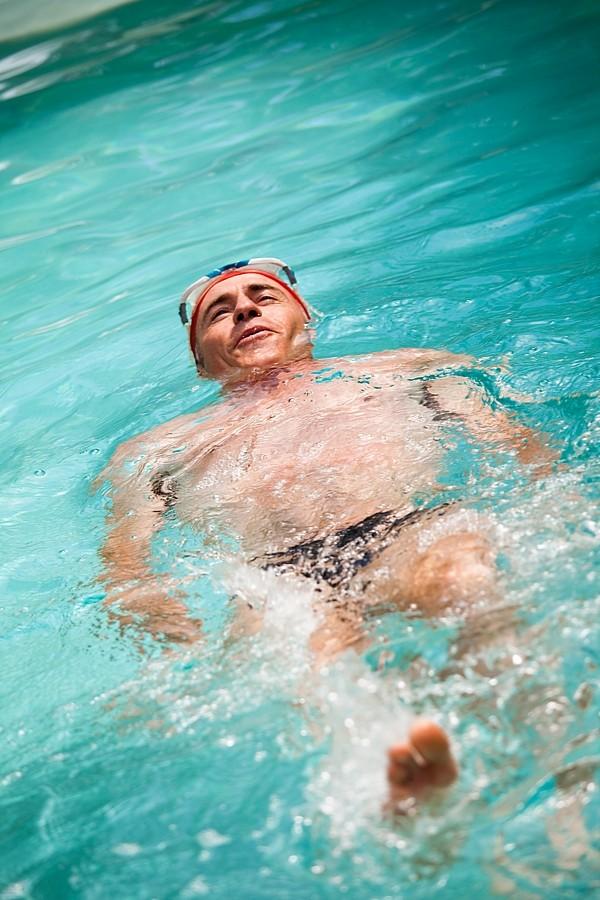 Dla tych, którzy nie opanowali w sposób perfekcyjny żadnego stylu pływania, najbezpieczniejsze jest pływanie na plecach.