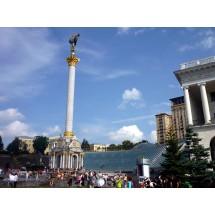 Majdan Nezałeżnosti, czyli Plac Niepodległości – usytuowany jest u zbiegu Chreszczatyku i pięciu promieniście rozchodzących się ulic.