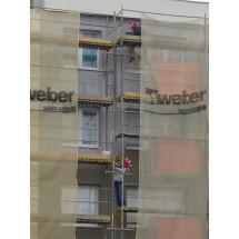 8.06. 2012 r. Przed inauguracyjnym meczem Polska-Grecja robotnicy ocieplają budynek przy ul. adm. Józefa Unruga w Gdyni. Robota pali się im w rękach. Chcą zdążyć na mecz.