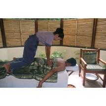 Masaż tajski jest idealny dla osób,  które mają problemy z kręgosłupem, przykurcze mięśni, kłopoty z rozciąganiem, bóle reumatyczne i pourazowe lub są po rehabilitacji