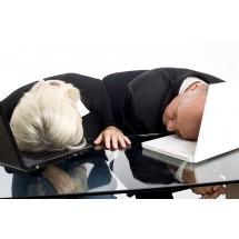 Osoby cierpiące na bezdech śpią płytkim snem, więc w ciągu dnia odczuwają silne zmęczenie i senność.