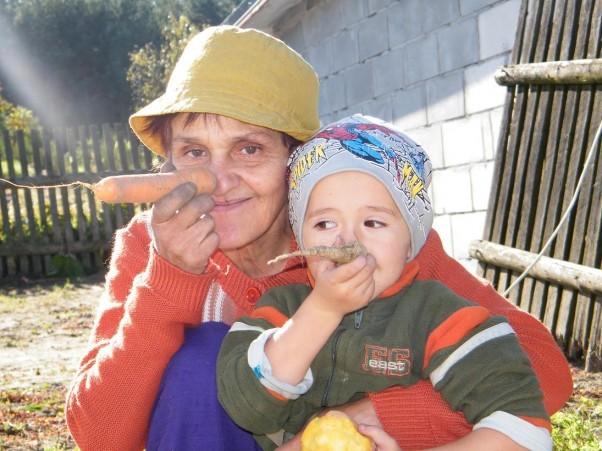Poczucie humoru jest bezcenne! Babcia Teresa je ma. No i uczy, że lepsza marchewka od kija.