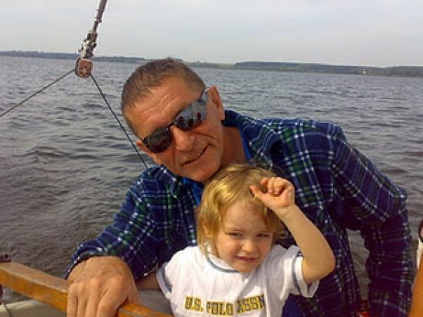 Wiktor z ukochanym dziadkiem, który próbuje go zarazić swoją wielką pasją - żeglarstwem.