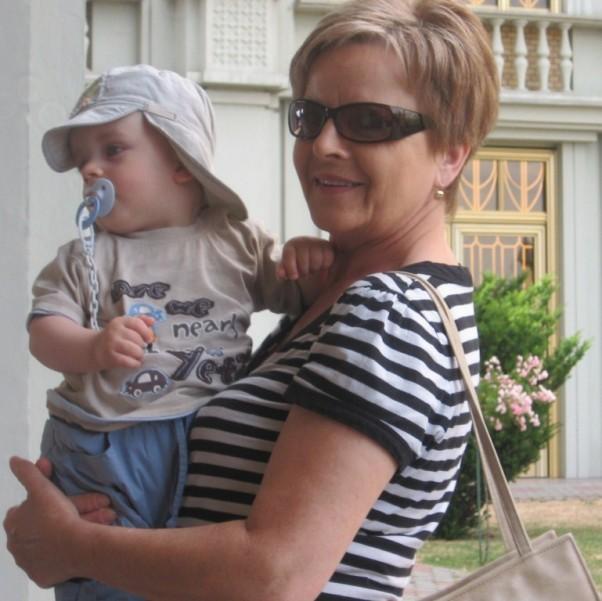 Babcia Zdzisia pokazuje wnuczkowi Licheń.