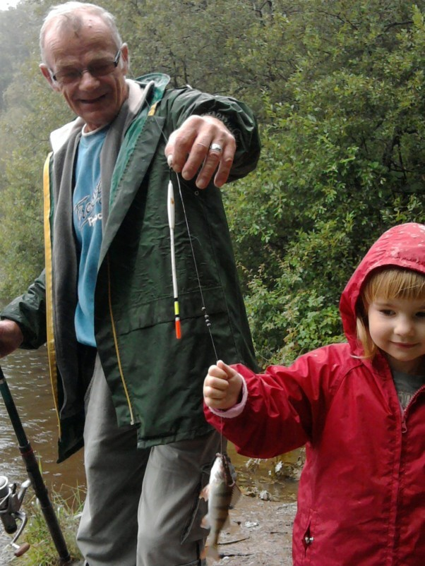 Dziadek Andrzej dobrze wie, że współczesne dziewczynki, m.in. Zuzia, mogą łowić ryby nie gorzej niż Tomek Sawyer.