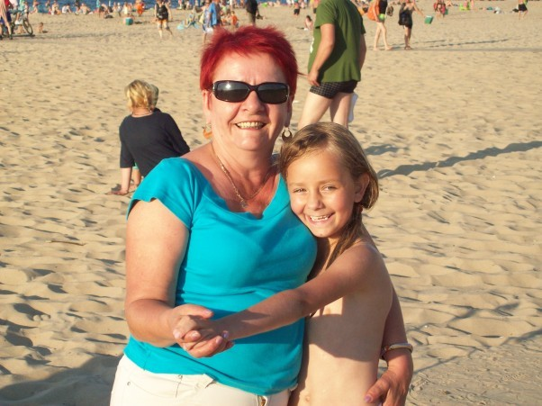 Stogi Gdańsk. Ta babcia nawet po plaży tańczy. Tu z wnuczką Moniką.