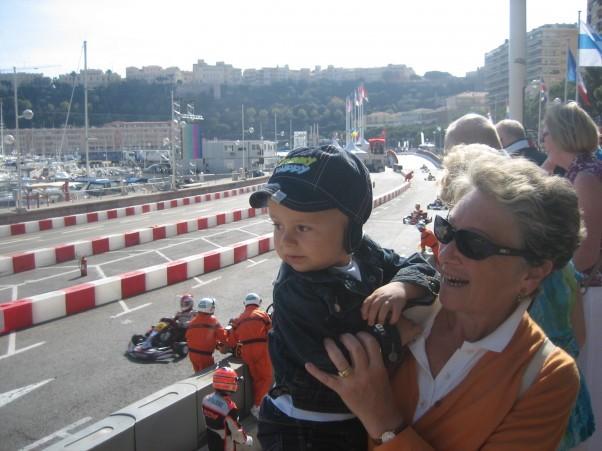 Czasem z babcią można oglądać gokarty w Monte Carlo.
