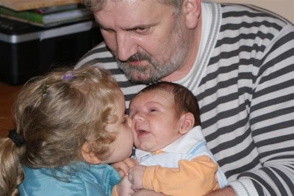 Czułość. Czyli Pati i Bartuś z dziadkiem Karolem.