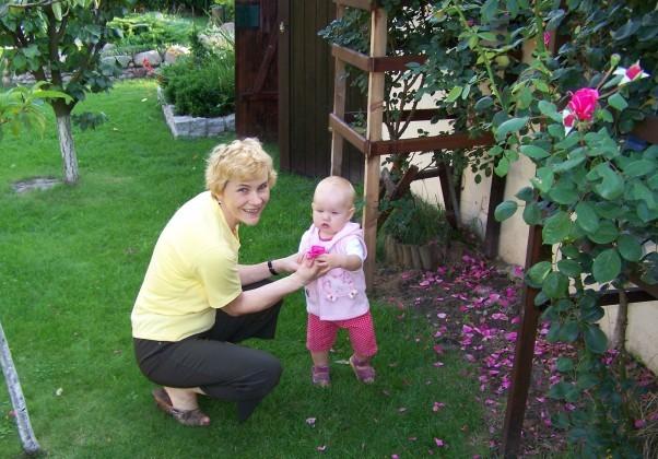 Babcia pachnąca kwiatami.