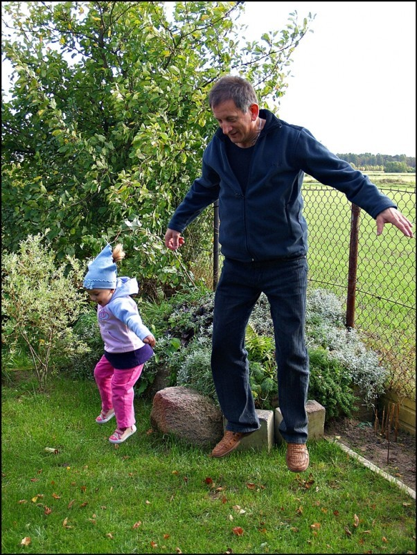 Co tu dużo gadać. W XXI wieku prawdziwy dziadek umie z wnuczką lewitować!
