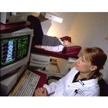 Jeśli mamy poniżej 65 lat i przyjdziemy do pracowni bez skierowania, na początek najlepiej poddać się badaniu kręgosłupa. Powyżej 65. roku życia, warto już skontrolować stan kości udowej.