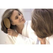 Po aplikacji suchego szamponu należy odczekać ok. 5 minut po czym biały proszek bardzo starannie wyczesać z włosów gęstą szczotą.