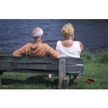 Mięśnie dna miednicy można ćwiczyć wszędzie. Ot, choćby siedząc na ławce.