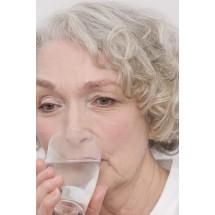 Picie codziennie, co najmniej 1,5 litra niegazowanej wody pozwala uniknąć nadwagi.