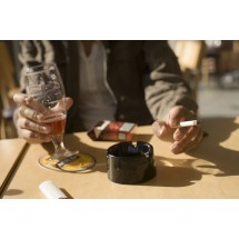 Palenie papierosów i picie alkoholu zwiększa ryzyko zachorowania na nadciśnienie tętnicze.