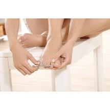 Wrastanie paznokci może być skutkiem nieprawidłowego obcinania. Paznokieć ma mieć tzw. ślizg, czyli ma być delikatnie zaokrąglony, choć cięty prosto.
