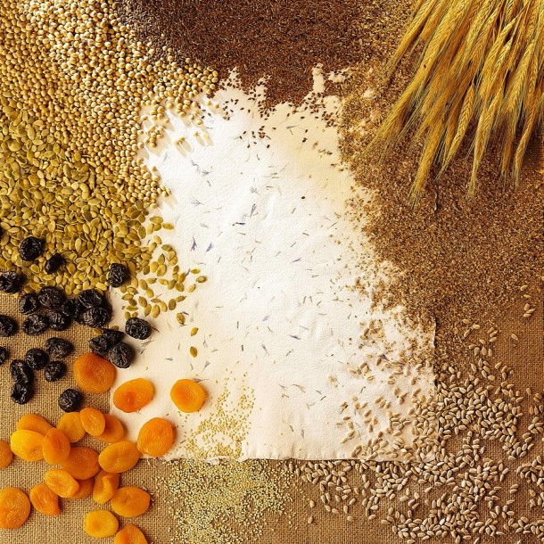 Otręby, ziarna, suszone owoce, warzywa i odpowiednia ilość wody to podstawa diety osoby starszej.