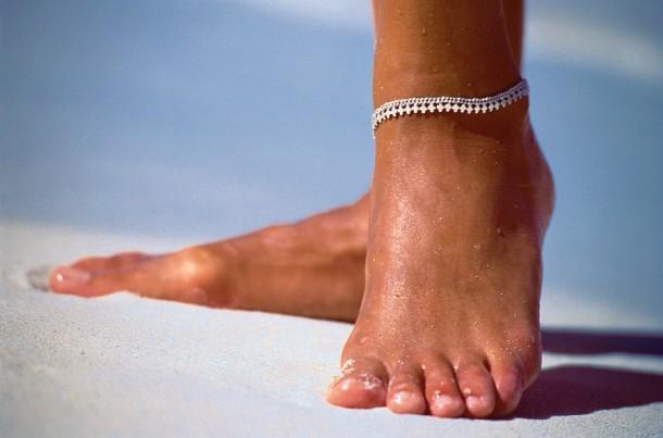 Obecność mniejszych obrzęków łatwo sprawdzić naciskając palcem na kość piszczelową. Jeżeli w skórze powstanie dołek utrzymujący się przez dłuższą chwilę po oderwaniu palca - noga jest obrzęknięta.