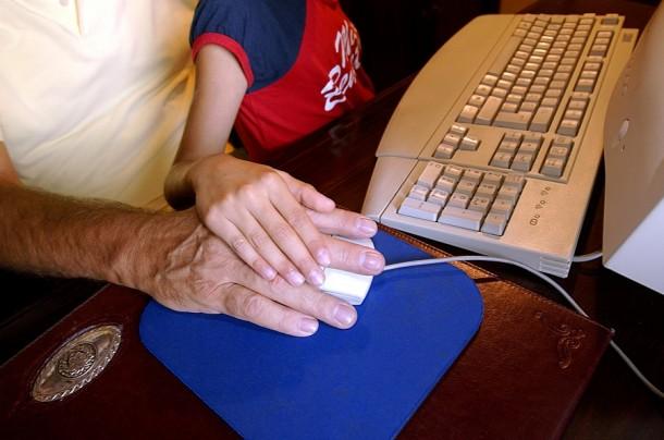 Leczenie drżenia rąk głównie polega na leczeniu choroby podstawowej.
