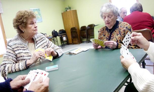 Życie towarzyskie, działalność społeczna, udział w sprawach rodzinnych - bardzo pomagają zachować poczucie własnej przydatności.