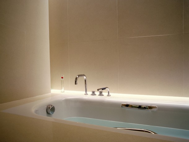 Poręcze przy wannie i sedesie ułatwią wstawanie i uchronią przed upadkiem.