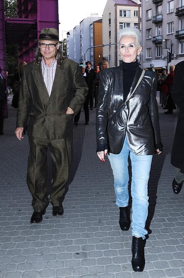 Kora Jackowska i Kamil Sipowicz. Rok 2011. Kora doskonale wie, że jasne włosy, rozpraszając światło zmiękczają kontury twarzy i rozświetlają skórę.