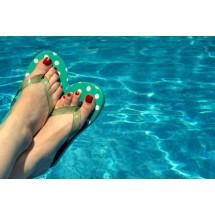 Klapki na basenie to podstawowy sposób ochrony przed grzybicą